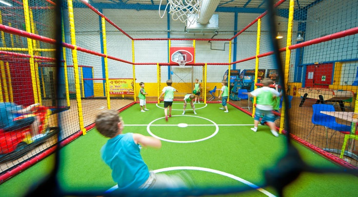 city stade espace multisports foot basket et hand pour les enfants max aventure max. Black Bedroom Furniture Sets. Home Design Ideas
